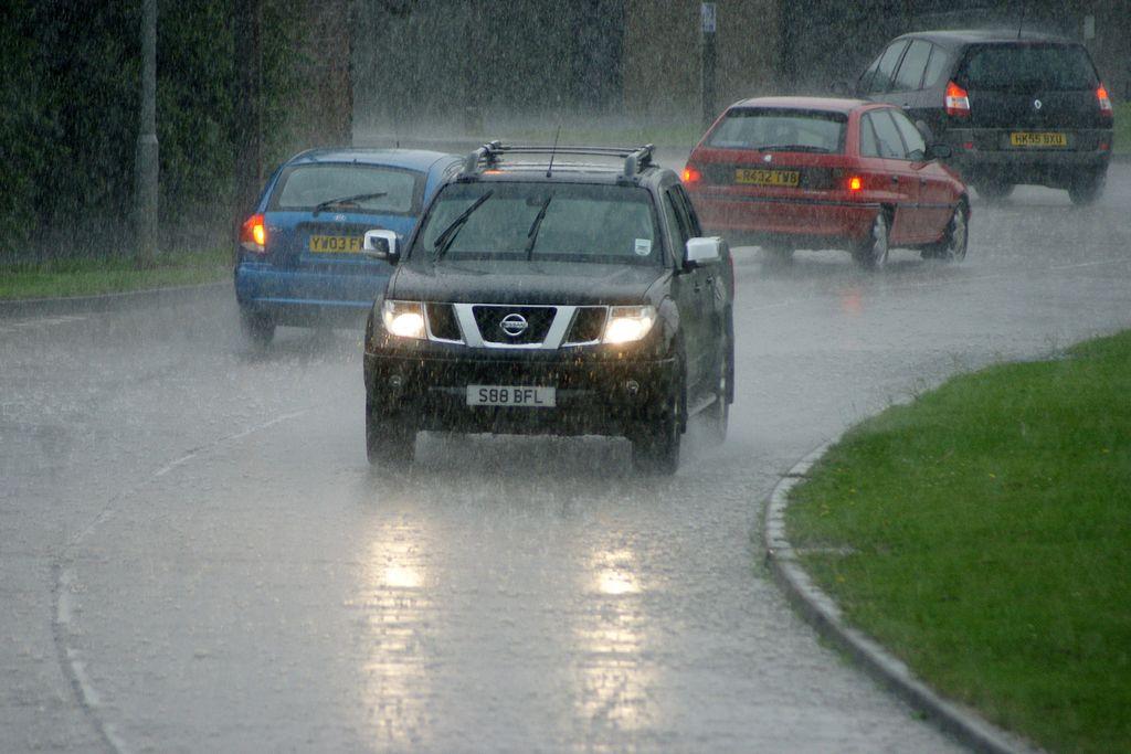 lái xe khi trời mưa