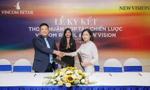 Ông Nguyễn Thế Hưng, Phó giám đốc Công ty trách nhiệm hữu hạn Bất động sản Newvision ký kết thỏa thuận với bà Trần Thu Hiền, Phó tổng Giám đốc Kinh doanh và Marketing Vincom Retail trong buổi lễ tổ chức ngày 18/10.