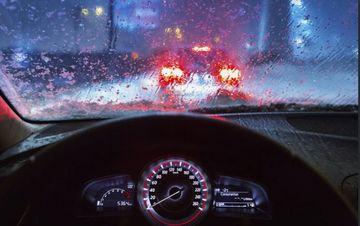 lái xe ô tô dưới trời mưa